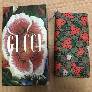 GUCCI GG wallet with Gucci Strawberry print G57386